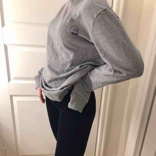 Nästan oanvänd tröja från Cheap Monday, frakten betalar köparen