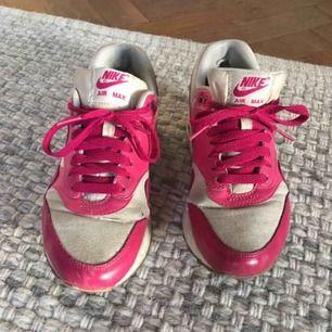 Rosa/vita Nike Air Max. Extremt sköna. Använda en del därav billigt pris (ca 1000 lappen originalpris), men ändå i fungerande & gott skick.  Frakt tillkommer (ca 150kr) om dem måste postas.