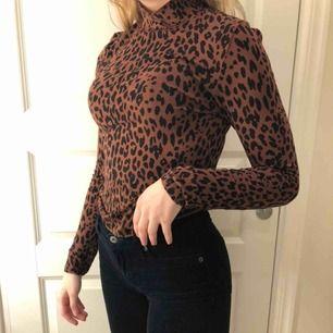 Polotröja i leopard mönster från Ginatricot, frakt står köparen för