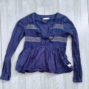Mörkblå tröja från Odd Molly storlek 0 (xs) fint skick.  Möts upp i Stockholm eller fraktar. Frakt kostar 54kr extra, postar med videobevis/bildbevis. Jag garanterar en snabb pålitlig affär!✨