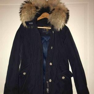 Jätte fin jacka ifrån woolrich strl xs men passar även S, marinblå. Endast använd en halv vinter. Köpt på woolrich affären i Sturegallerian
