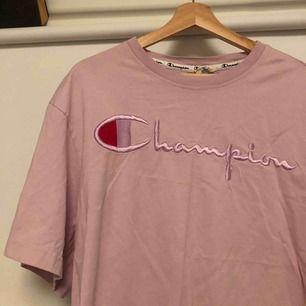 Champion tröja, trådarna har gått upp vid ena texten men om man är kreativ går det säkert att fixa! Sitter som en stor t-shirt på mig som är en xs i vanliga fall.  Frakt tillkommer 😘