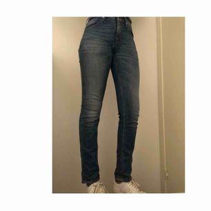 Ett par superfina ÄKTA jeans från TIGER OF SWEDEN. Knappats använda och därför de också säljs!! Pris kan diskuteras!!!  De är storlek 36-38.  Jag är 1,73 och har storlek 36-38