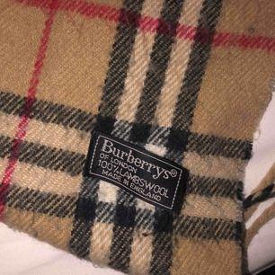 Super fin burberry halsduk. Bra skick och super bekväm. Köpt i London för flera år sen.