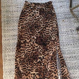 Snygg kjol i skönt stretchigt material, underkjol i glansigt och överkjol i mattare polyester/viskos/bomull. Går till under knäna, tight upptill & ett sprund i sidan.   Frakt läggs på pris om den måste postas, ca 50kr.