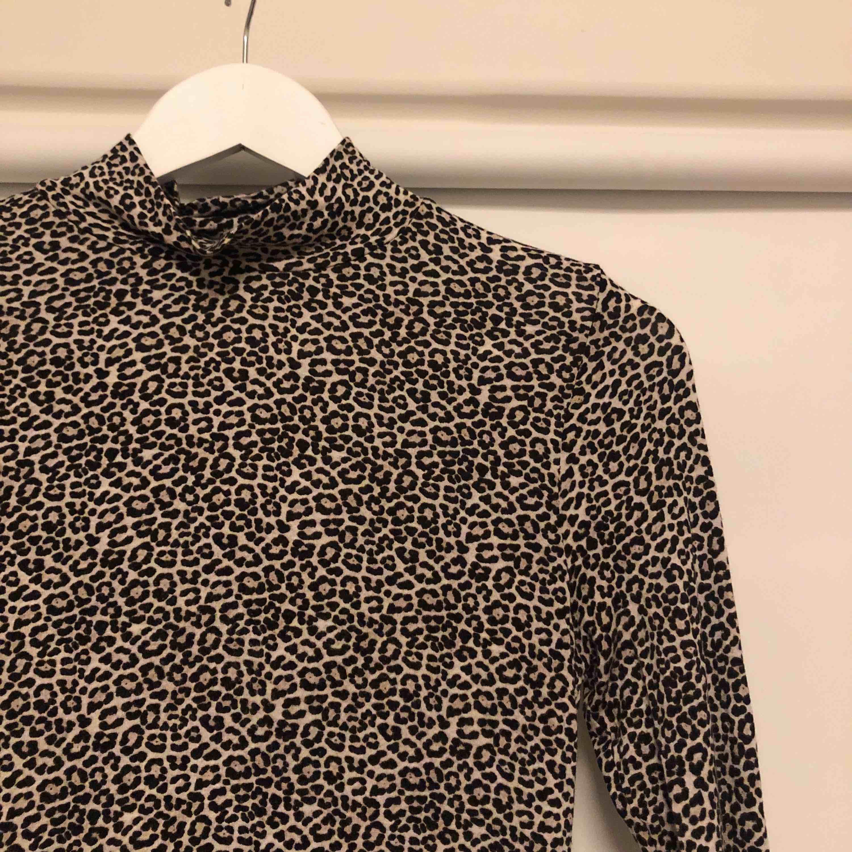 Leopard print polo ifrån GinaTricot  Frakt tillkommer 😘. Toppar.