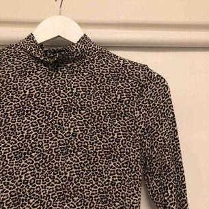 Leopard print polo ifrån GinaTricot  Frakt tillkommer 😘