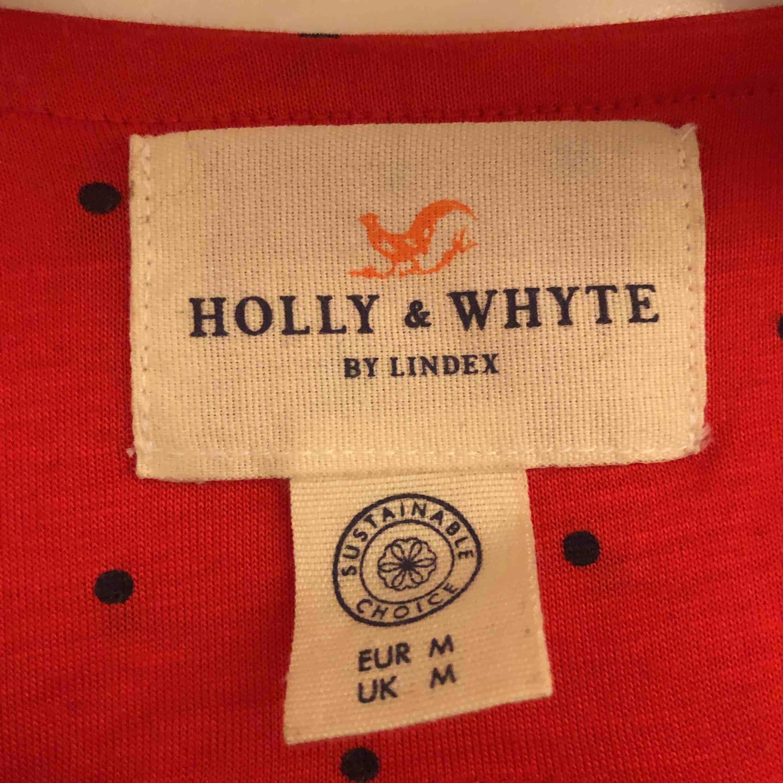 Supersöt omlott tröja från Lindex!!! Tröjan är bara prövad och fick den som en present. Tröjan är en M men funkar också som en S. Toppar.