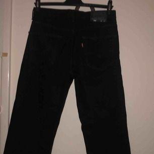 Super snygga raka svarta Levis jeans! Jätte bekväma och så sjukt bra kvalité.