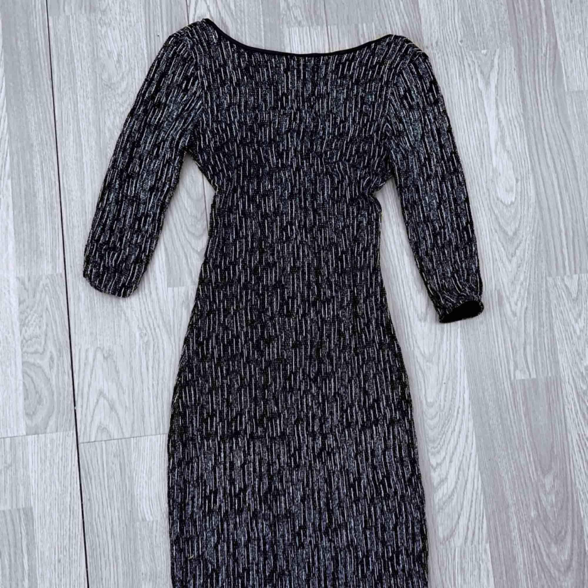 Svart knälång klänning storlek 36 från New Look. Fint skick.  Möts upp i Stockholm eller fraktar. Frakt kostar 42kr extra, postar med videobevis/bildbevis. Jag garanterar en snabb pålitlig affär!✨. Klänningar.