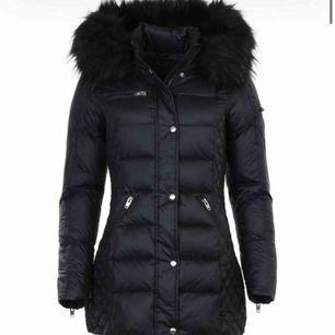 Hej jag söker en rock and blue jacka storlek 32 men 34 funkar oxå det ska vara svart och äkta päls:) Den ska även vara lång så den precis täcker rumpan! Priset kan diskuteras!