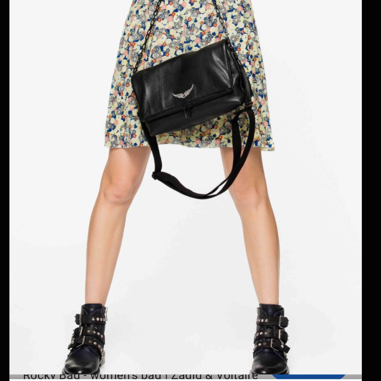 Säljer min skitsnygga Zadig Voltaire väska! Modellen heter Rocky Bag och är den större varianten av de klassiska väskorna. Använd ett fåtal gånger men fortfarande i bra skick. Frakt tillkommer inte i priset. . Väskor.