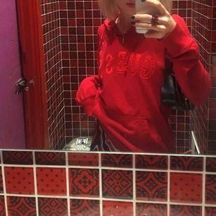 Röd hoodie ifrån guess, tyvärr lite för stor för mig. Lite skrynklig på andra bilden men med lite strykning är den toppenfin! Inga fläckar eller hål men i använt skick, frakt tillkommer men kan annars mötas upp💕