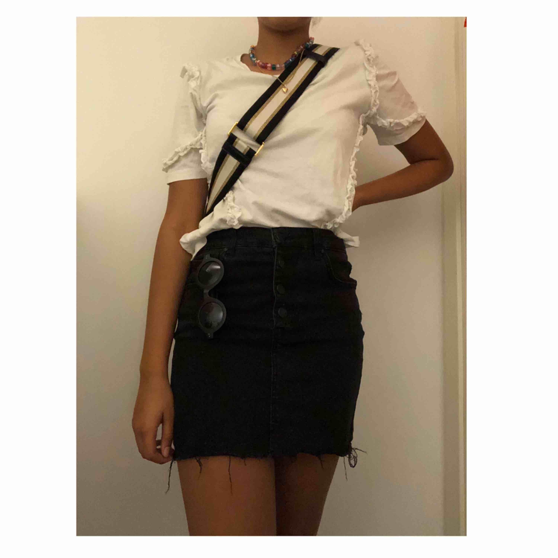 En super somrig svart jeans kjol från pull and bear. Använd kanske en eller två gånger. Köpt i år! . Kjolar.
