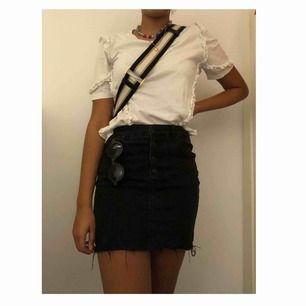 En super somrig svart jeans kjol från pull and bear. Använd kanske en eller två gånger. Köpt i år!