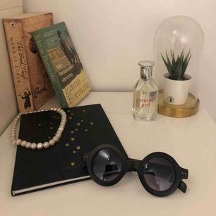 Ett par svin coola svarta solglasögon köpta i Italien!