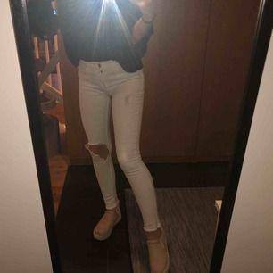 Vita jeans från H&M med ett hål i knät och slitningar längst ner. Jag är 160 cm 😆 frakten ingår! ❤️