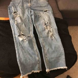 Ett par skitsnygga slitna blå jeans i storlek medium, passformen skulle jag nog säga är man jeans / boyfriend jeans