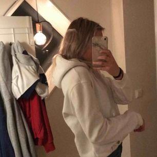 Vit hoodie från hm killavdelning lite nopprig men inget som syns tycker jag, den perfekta vita hoodien helt enkelt