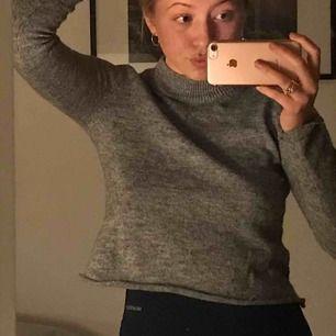 En mysig croped tröja, knappt använd😀😀✌️🥰