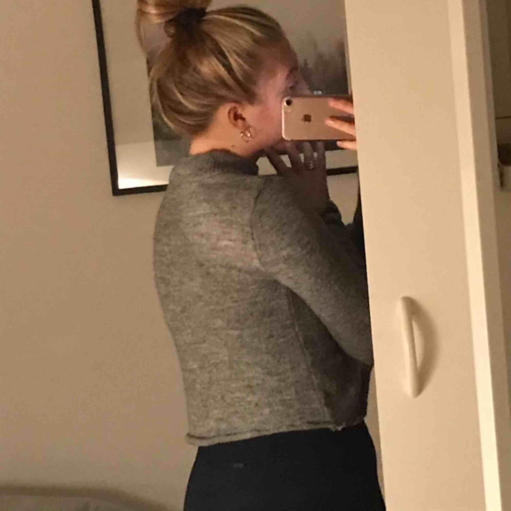 En mysig croped tröja, knappt använd😀😀✌️🥰. Tröjor & Koftor.