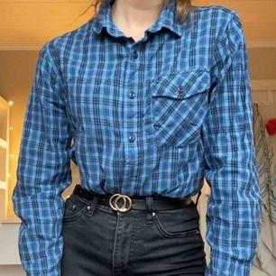 Blå rutig skjorta