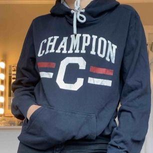 Mörkblå Hoodie från champion