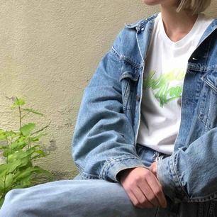 Enkel trendig T-shirt med tryck i neon. Passar till vardags och fest!  Möts upp i Göteborg eller köpare betalar frakten:)