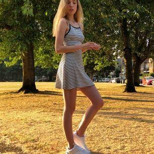 Här har ni en superskön edgy och samtidigt söt klänning!  Möts upp i Göteborg eller köpare betalar frakten:)