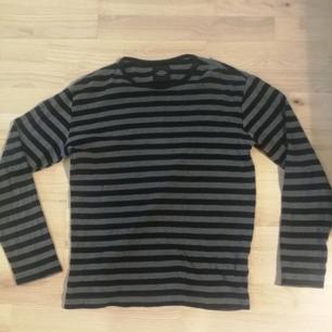 Gråsvart tröja från Mads Nörgaard