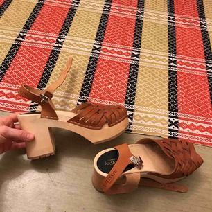 Fina platåsandaler/träskor (lite chunky) från Hasbeens. Nypris 1200kr, möts upp annars står köpare för frakt!