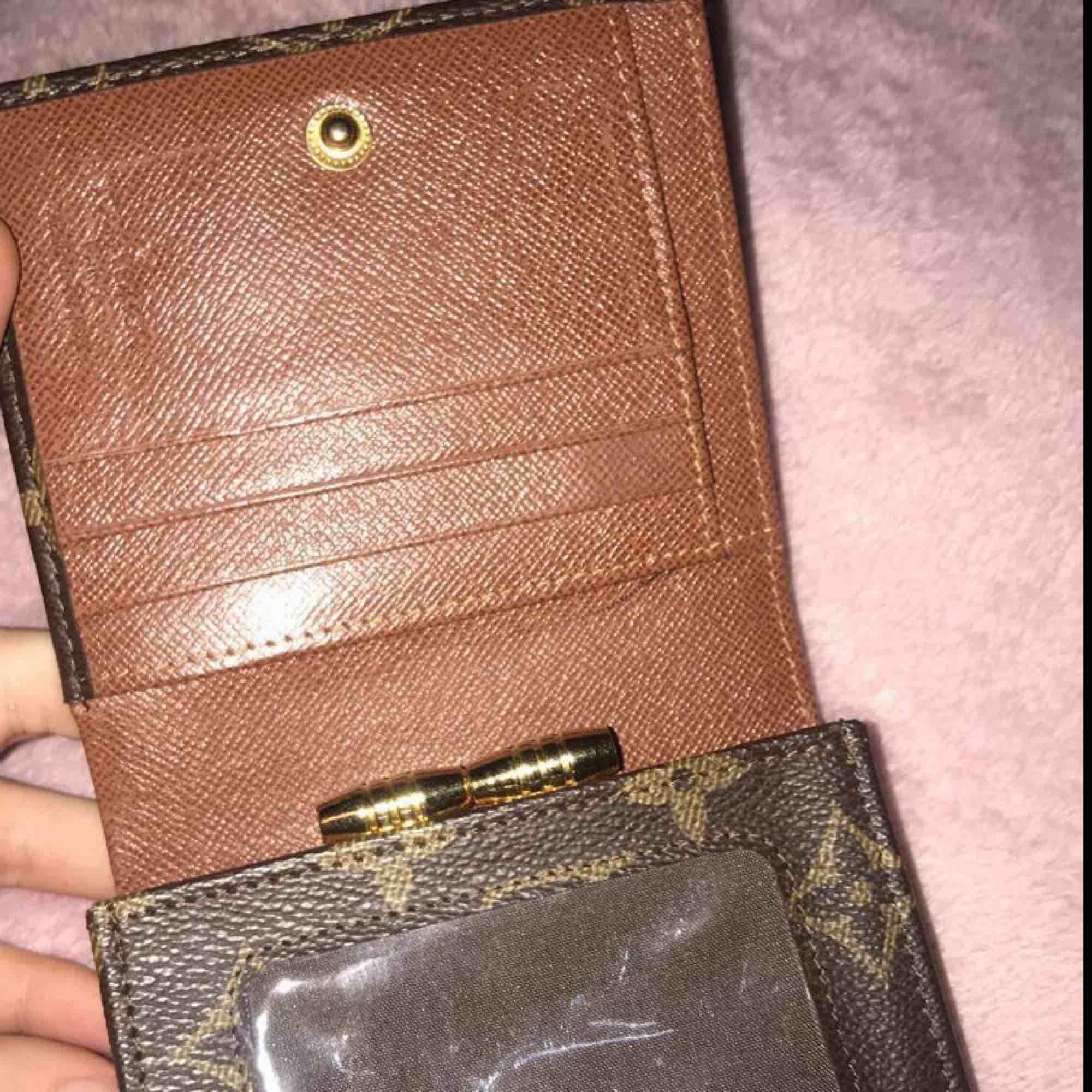 A kopia Lv plånbok, i helt nytt skick gratis frakt. Väskor.