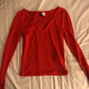 En röd tajt tröja med urigning, använder nt mer o har blivit för liten för mig!