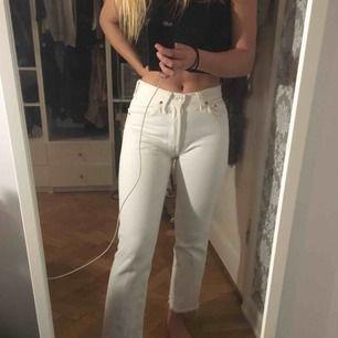 Straighta högmidjade Levis jeans med fransiga kanter. Jag är 1,64! Liten slitning på framsidan men går lätt att laga! Skriv för fler frågor/bilder!