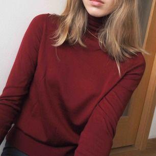 Fin polotröja med varm röd färg, perfekt till julen. Nästan helt oanvänd från Cos!  Möts upp i Göteborg eller köpare betalar frakten:)