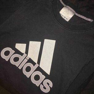 Adidas t-shirt stl S-M. Betalning sker via swish och köpare står för ev. Frakt!
