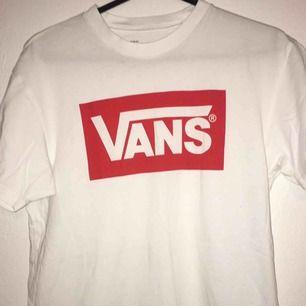 Helt oanvänd VANS t-shirt stl M. Betalning sker via swish och köpare står för ev. Frakt!