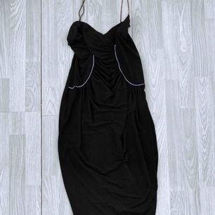 Superfin svart retro klänning från Rimini storlek S.  Möts upp i Stockholm eller fraktar. Frakt kostar 59kr extra, postar med videobevis/bildbevis. Jag garanterar en snabb pålitlig affär!✨