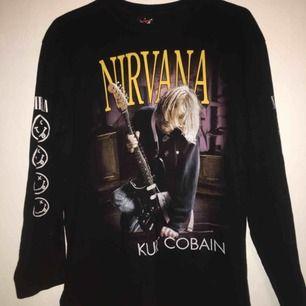 Unik Nirvana Kurt Cobain tröja stl L men jag som M tycker den sitter lika bra. Betalning sker via swish och köpare står för ev frakt!