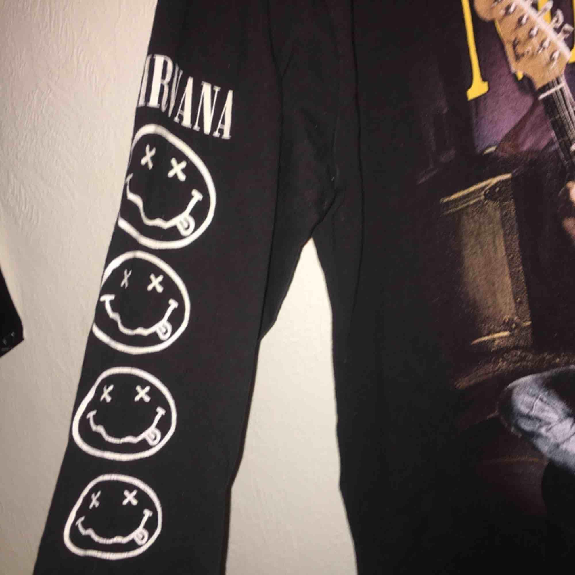 Unik Nirvana Kurt Cobain tröja stl L men jag som M tycker den sitter lika bra. Betalning sker via swish och köpare står för ev frakt!. Tröjor & Koftor.