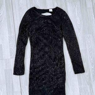 Svart klänning med paljetter storlek XS från Gina Tricot. Bra skick.  Möts upp i Stockholm eller fraktar. Frakt kostar 63kr extra, postar med videobevis/bildbevis. Jag garanterar en snabb pålitlig affär!✨