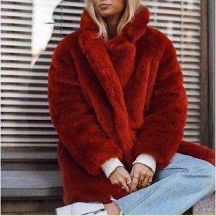 Snygg röd pälsjacka från hm i storlek xs