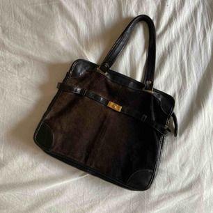Mycket gammal och retro väska, supercharmig ändå. Den har förlorat sin svarta färg på framsidan och har (som en kan se på bilderna) börjat skifta till brunt, detta syns egentligen mest i sol.  Frakt: 63kr
