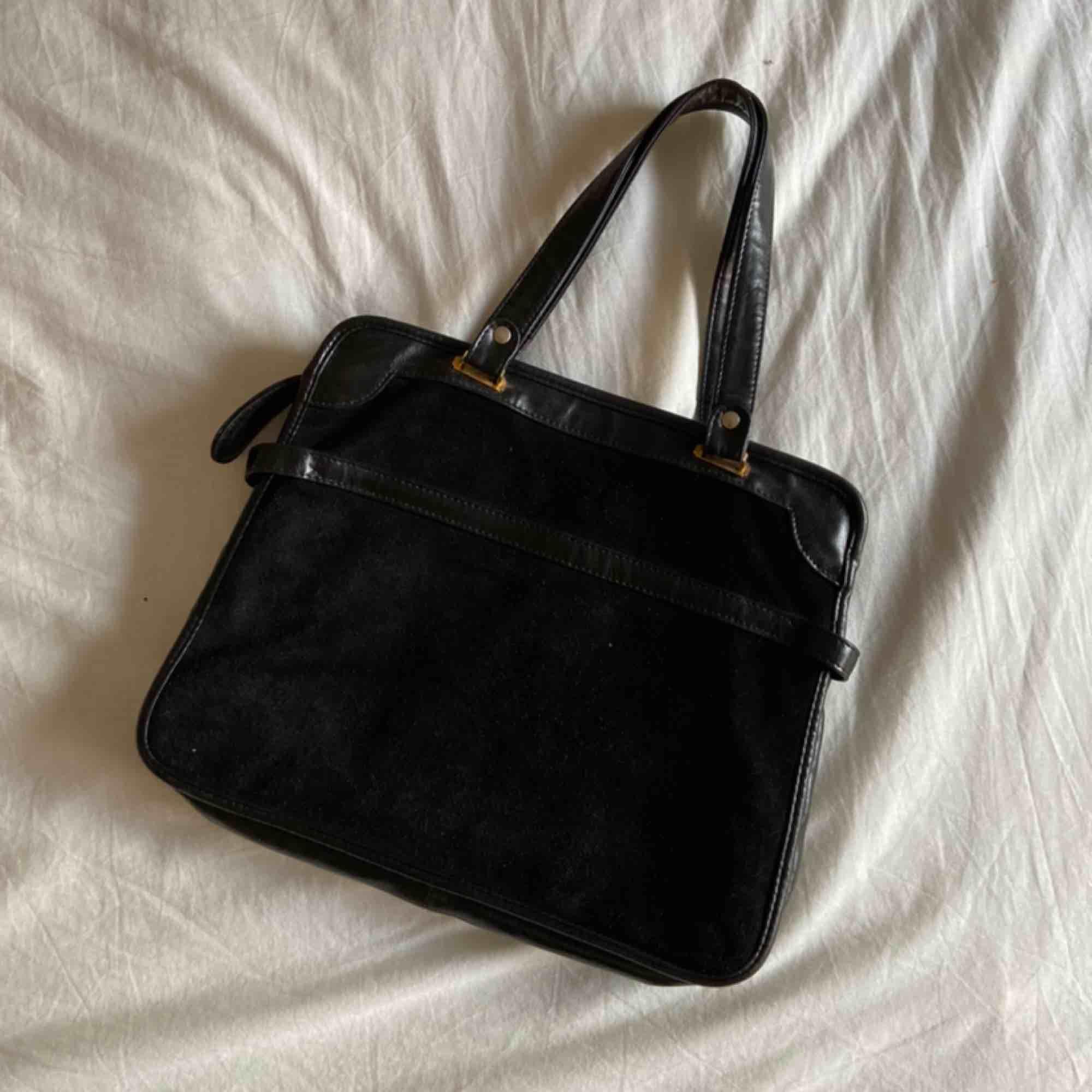 Mycket gammal och retro väska, supercharmig ändå. Den har förlorat sin svarta färg på framsidan och har (som en kan se på bilderna) börjat skifta till brunt, detta syns egentligen mest i sol.  Frakt: 63kr. Väskor.