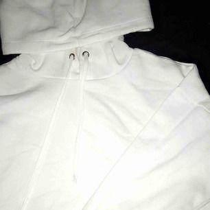 Vit hoodie som är lite kortare med stor luva i Strl S; använd 1 gång. Kan fraktas men köparen står för frakten☺️