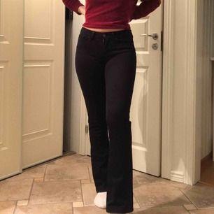 Äkta Levis 715 bootcut (jag är 1.72) 😊 Jeansen är endast använda 1-2 gånger då jag köpte fel storlek. Originalpris= 1099kr. Kan mötas upp i Stockholm eller så står jag för frakten!