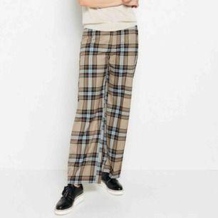 Riktigt snygga kostymbyxor från Lindex! Köpta för några veckor sedan men säljer nu pga att de inte riktigt är min stil. Skriv för fler bilder ☺️