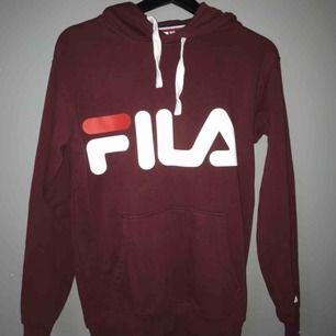Fila hoodie  Färg vinröd Storlek xs Kostar 250