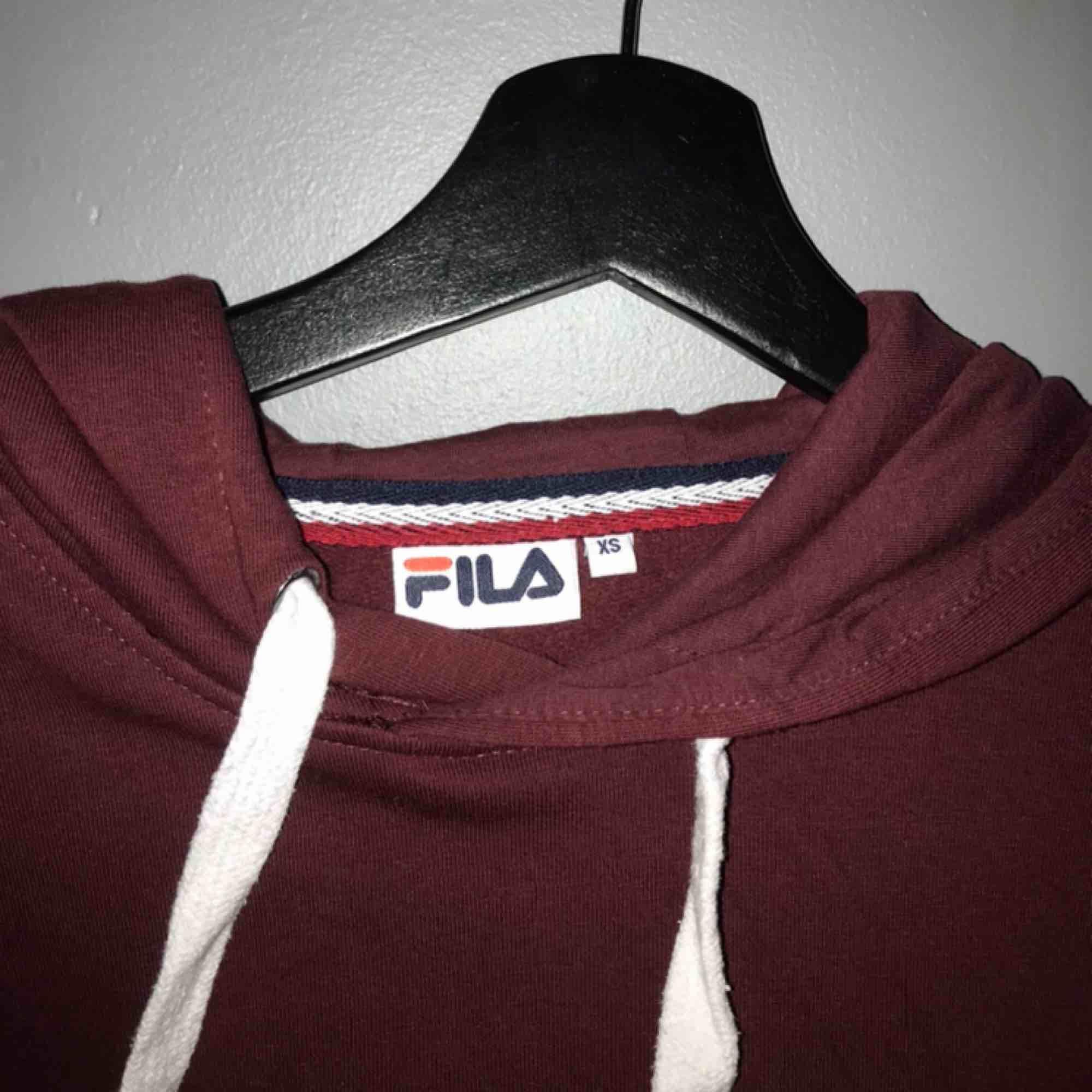 Fila hoodie  Färg vinröd Storlek xs Kostar 250  . Tröjor & Koftor.