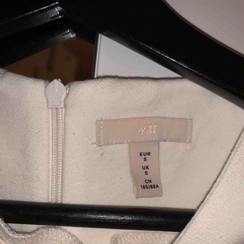 Superfin slutsåld klänning från HM trend. Gräddvit med puffärmar och bälte. Storlek s.. Klänningar.